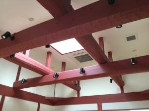 リビングの吹き抜けには 小国杉の丸太梁(タイコ梁)を使用していただきました。 なぐり加工と華やかな塗装でインパクトのある空間 に。