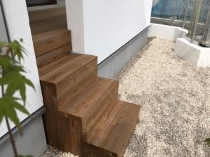デッキ材を活かした階段