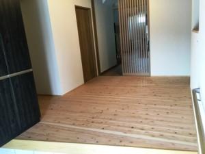 玄関入ってすぐ小国杉の床板